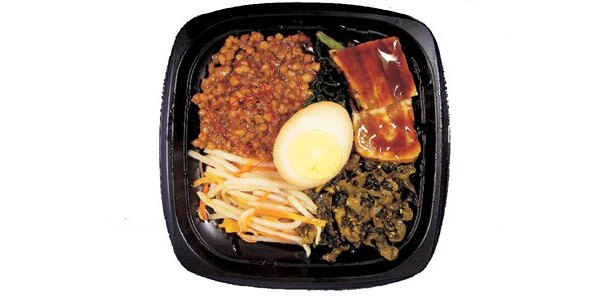 台湾の「ルーロー飯」(450円)。クルミを入れた肉味噌などがトッピング
