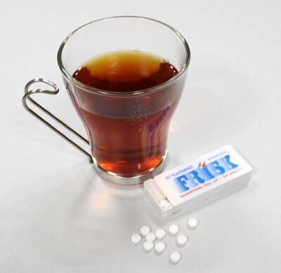 オフィスでのリフレッシュにぴったり!「フリスク(R)」&紅茶の組み合わせは手軽でスッキリ感UP!