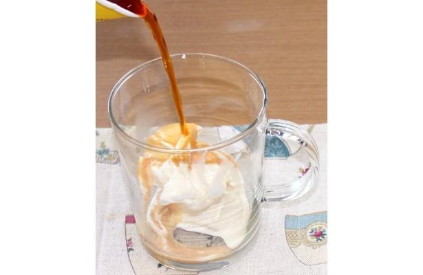 アイスに熱い紅茶をかける「ティーアフォガード」。紅茶は通常の4倍の濃さに。メープルもしくはキャラメルフレーバーの紅茶でいれると一層おいしくなる