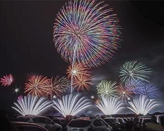"""全国でも珍しい""""ドライブイン花火""""を開催!音楽、レーザーで魅せる感動の花火が夜空を彩る"""