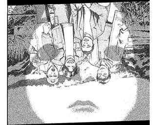 【ホラー漫画】友人にまったく信じてもらえない心霊写真。必死に説明しているとき、写真の中では…/不安の種+(第4話)