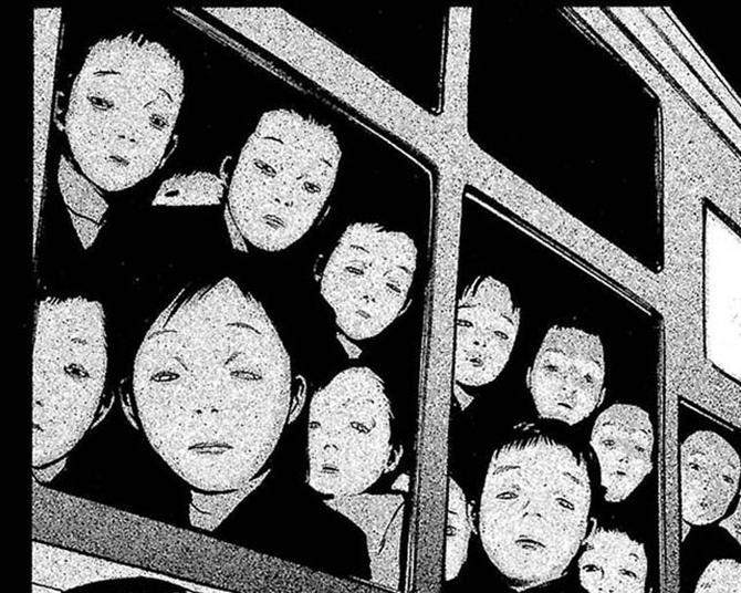 【ホラー漫画】「人のことジロジロ見て…」バス停に現れたバスは、いつもと様子が違って…/不安の種+(第7話)