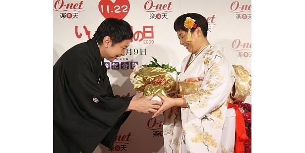 """鈴木さんから大島さんへバラの花束が。結婚2年目から始めた""""交換日記""""で普段言えないことも伝え合っているとか"""