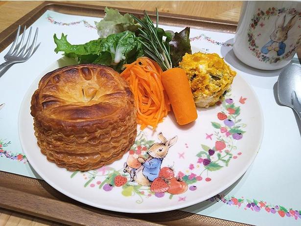 目玉メニューの「野菜たっぷり ミートパイプレート カリフラワーとヤングコーンのスープ付き」がおいしそう