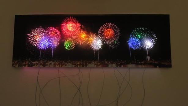 花火大会の写真プリントを重ねて点灯することで打ち上げ花火を再現