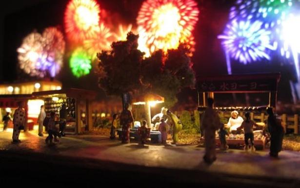 打ち上げ花火と夏祭りの様子を表現したジオラマが美しい