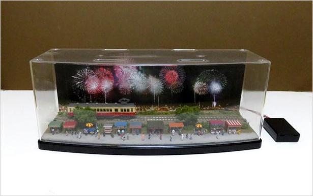 コレクションケースに収まるほどのサイズで花火大会の情景を再現したミニジオラマ