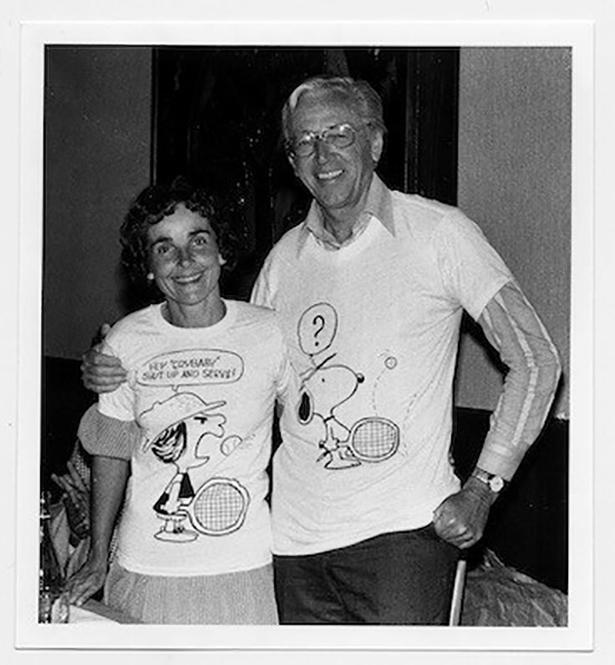 テニスモチーフのTシャツに身を包むシュルツ夫妻。1979年頃 (C)Alyce Sheehan. Courtesy of the Charles M. Schulz Museum and Research Center