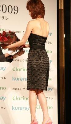 背中が大きく開いたドレスを着用した釈由美子さん