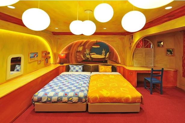 まん丸なライトとパイプ風のイラストが描かれたベッド周り