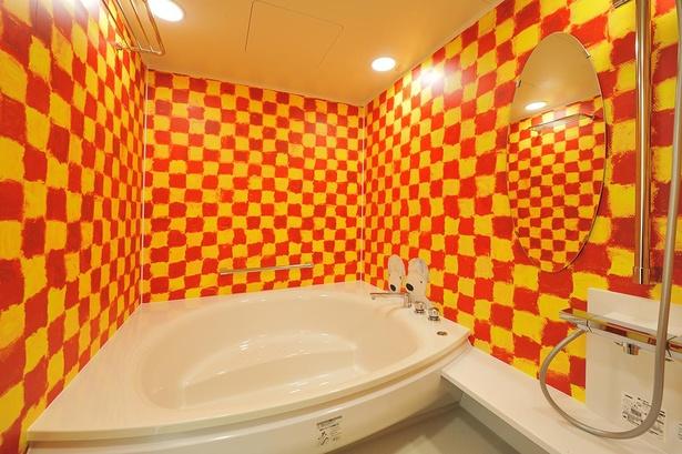 レッドとイエローのチェック柄がキュートなバスルーム