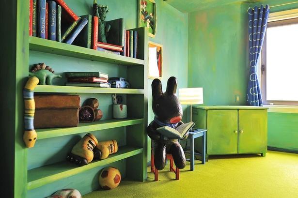 椅子にちょこんと座って読書するガスパール