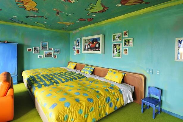リサガスとクルマがプリントされたベッドが3台。ファミリーでゆっくり楽しめる