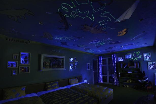 ガスパールルームは、部屋を暗くするとブラックライトに反応して、恐竜の落書きが浮かびあがる!