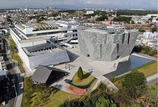 「ところざわサクラタウン」の全景。そびえ立つ巨大な石の建築物「角川武蔵野ミュージアム」は隈研吾がデザイン監修