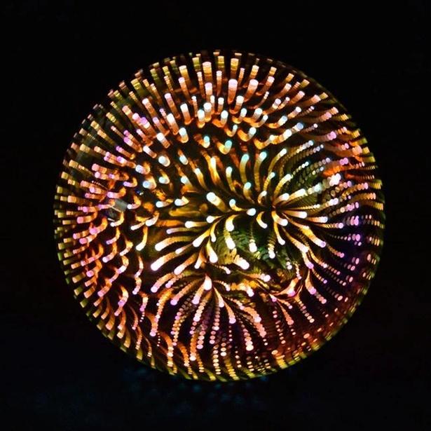 ボール型の電球の中に広がる花火模様はまさに打ち上げられた花火のよう