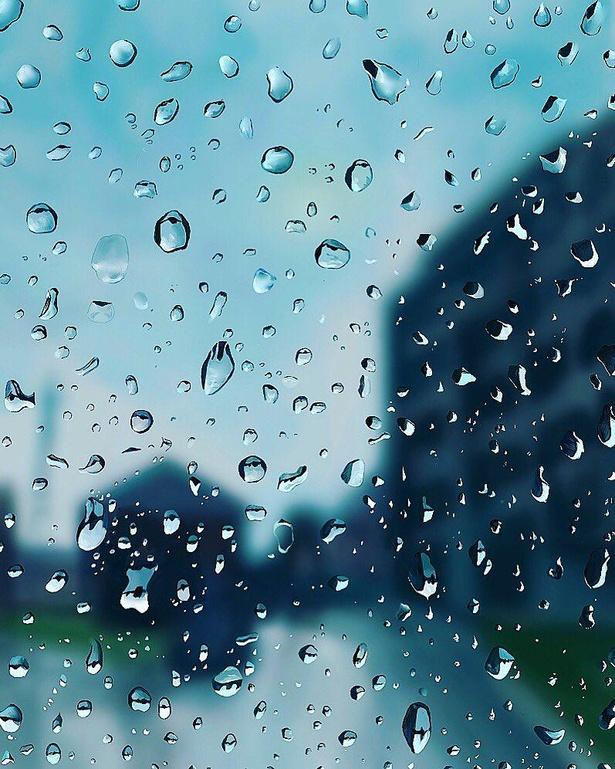 水滴越しの風景。滲んだ輪郭線もリアルにあふれる