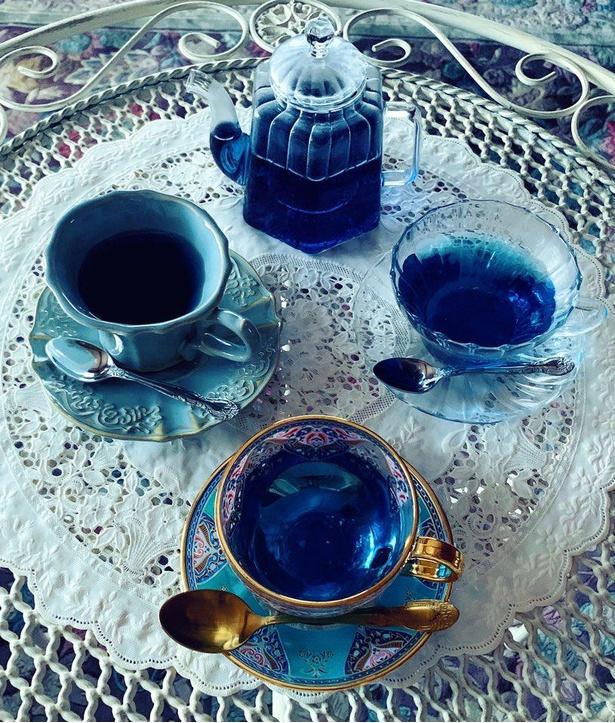 「不思議な喫茶店」のモチーフとなったティーセット。アンチャンティー(バタフライピー)という青いハーブを使ったお茶