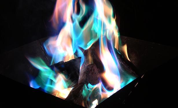 【写真】投入すると炎の色に変化があらわれる