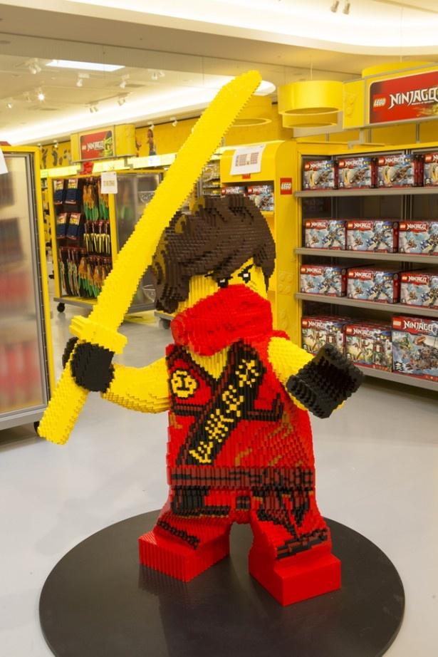 【画像を見る】レゴ(R)ニンジャゴーの主人公、カイ。「ビッグ・ショップ」内にいる