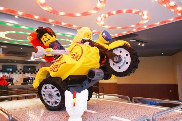 レゴ(R)・シティの「ブリック・ハウス・バーガー」内、1階にいる