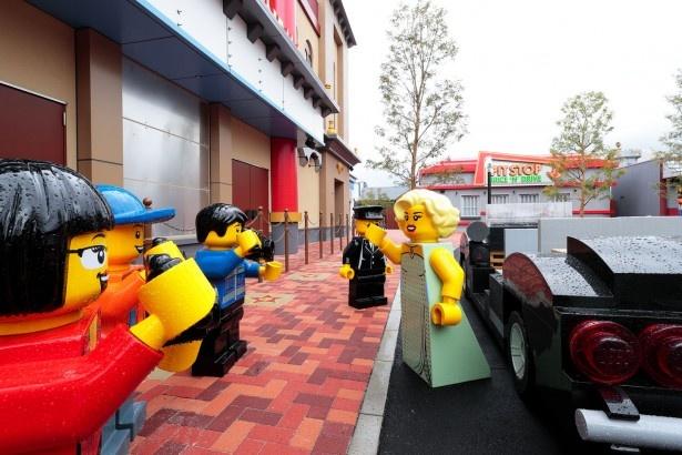 レゴ(R)・シティの「パレス・シネマ」前にいる