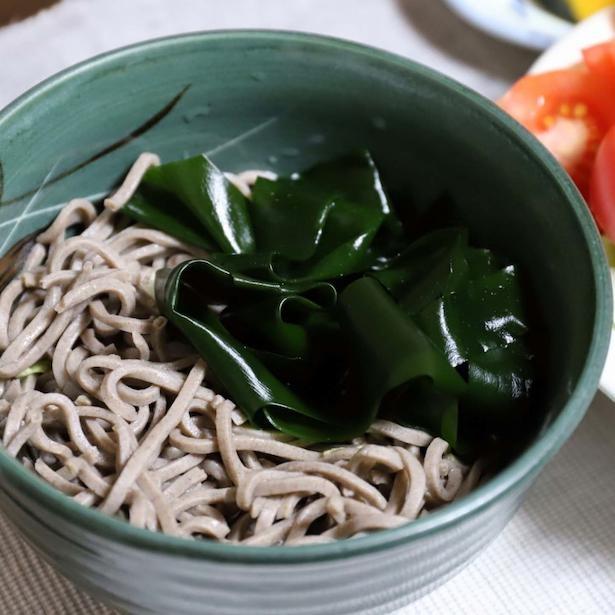 「冷たい蕎麦ならずっと食べたい」と言う、大迫さんの好物メニュー。ワカメの多さはご愛嬌!