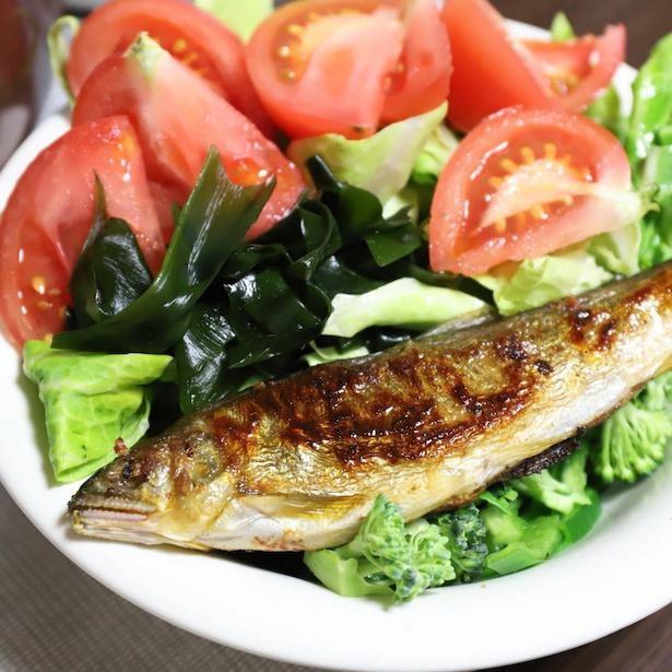 定番の焼き魚とサラダのワンプレートかと思いきや、贅沢な鮎の塩焼きが!