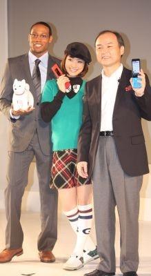 上戸さんはトラッドなファッションで登場!