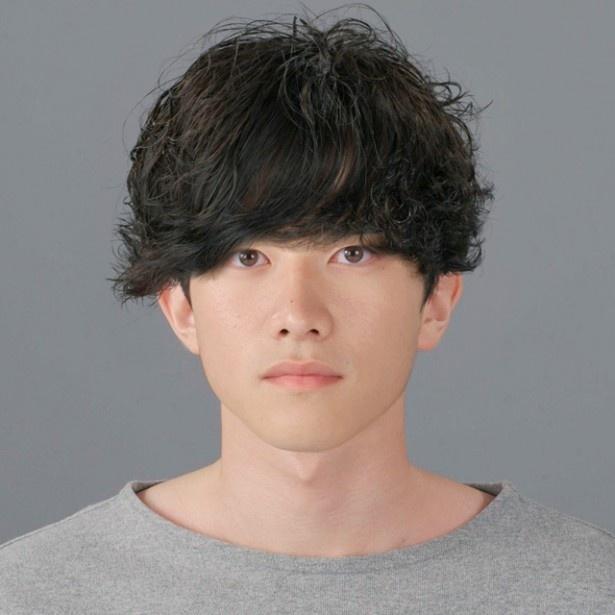 前髪で目元が隠れたパーマヘアは「印象が暗い」「学生の雰囲気」「自身のなさを感じる」などマイナスイメージ強し!