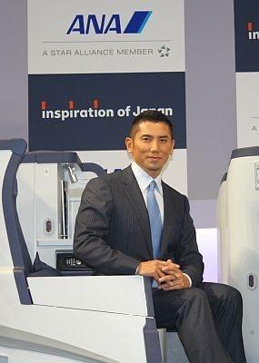 新しくなるビジネスクラスのシートに座る本木雅弘さん。「日本のおもてなしの心をANAのように一番いい形で発信していくのは素晴らしいこと」と絶賛
