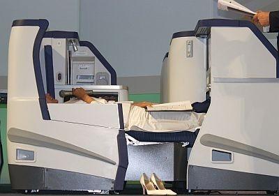 本木さん感激のシートはコレ! 寝転がっているのは、実は中村江里子さん