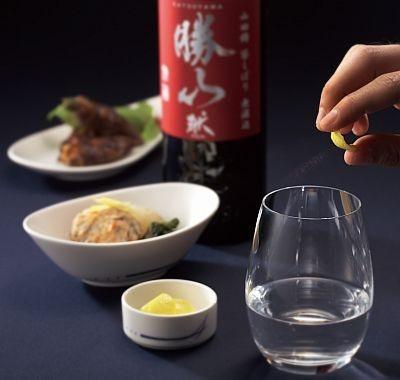 ファーストクラスとビジネスクラスで提供される、仙台伊達家御酒御用蔵「勝山」の日本酒