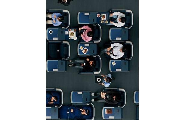 ビジネスクラスは席が互い違いになったスタッガード全席通路アクセスに。これで前後を気にせず食事も睡眠も楽しめる