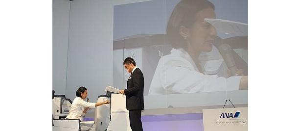 記者会見では中村江里子さんが司会を担当。ビジネスクラスのシートを体験した。写真はタッチパネルで料理を注文しているところ