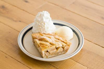 毎日店内で焼き上げる「ホームメイドアップルパイ」は、7月上旬発売予定。梅田茶屋町店限定