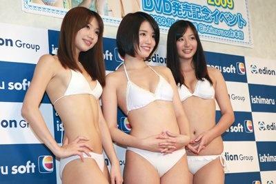 真っ白な水着は発表会見時にも着用した