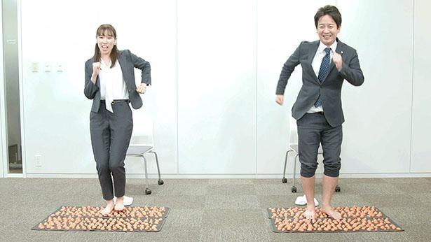 「ストレス選手権」で果敢に足つぼマットにチャレンジする社員たち
