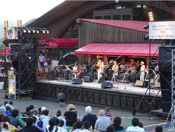 日本を代表するプレイヤーから地元で活躍するミュージシャンまで、さまざまなバンド演奏を見ることができる