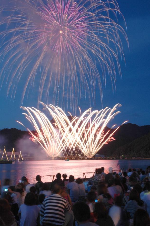 5000発もの花火が夜空と海面を彩る