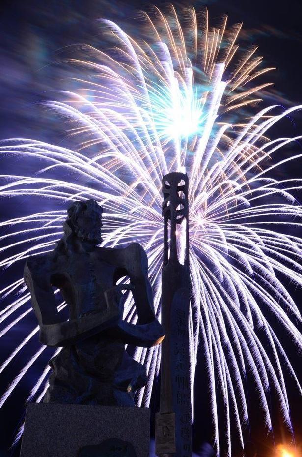 【写真】目の前に鮮やかな花火が打ち上がる