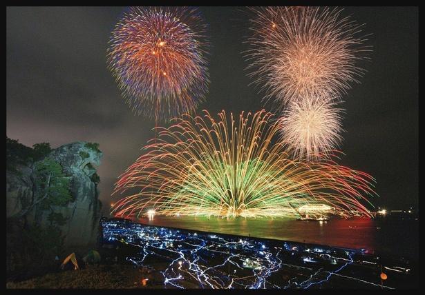 個性豊かな花火の数々が夏の夜を彩る