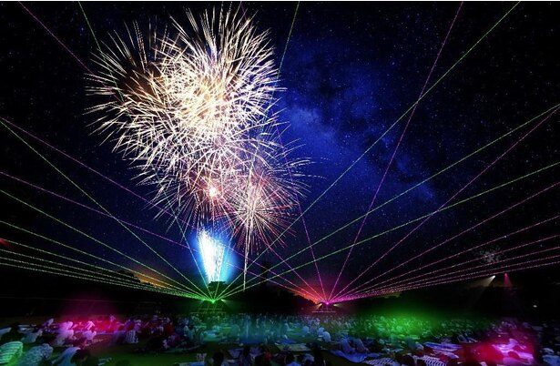 観覧席と打ち上げ場所が近いので、ダイナミックな花火が楽しめる
