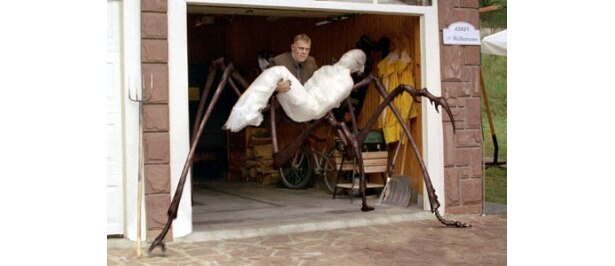 グロい…見るからに不気味な巨大蜘蛛に寄生された人間