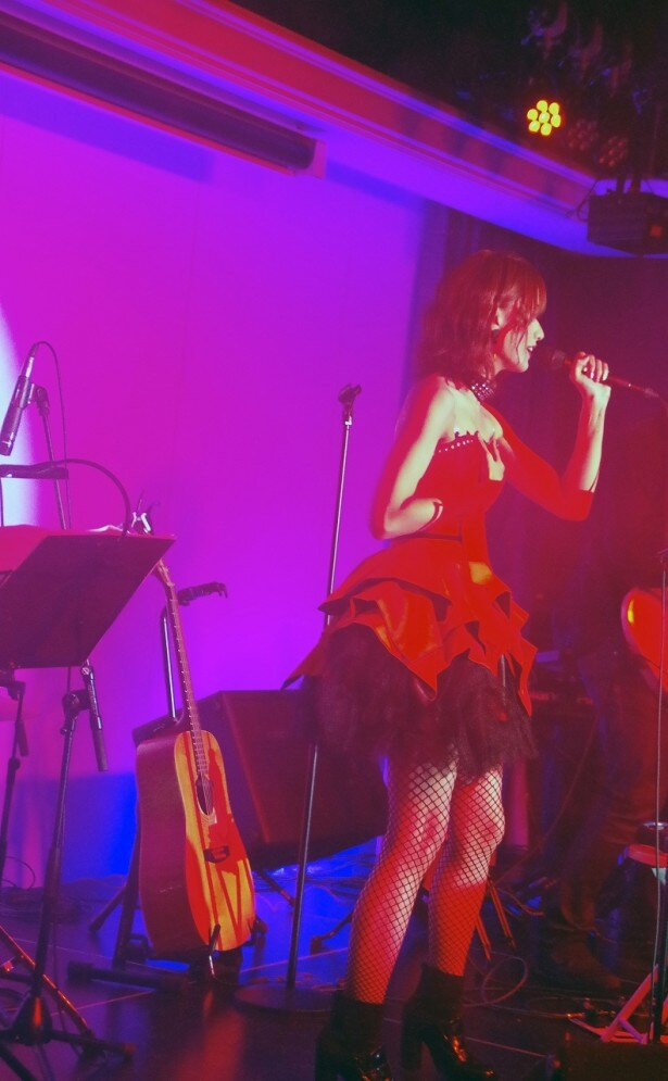 赤いドレス姿の希島がステージへ上がると大歓声!