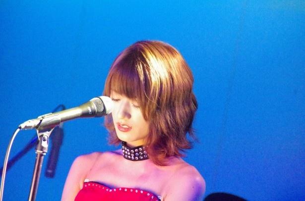4曲目は「think of me」(安室奈美恵) 、5曲目は「My Holy Night」(オリジナル)