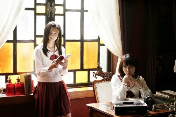 「暗黒女子」でW主演を務める清水富美加(左)と飯豊まりえ(右)