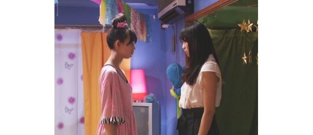劇中で臼田は、まったく性格の違う双子の姉妹役を好演!
