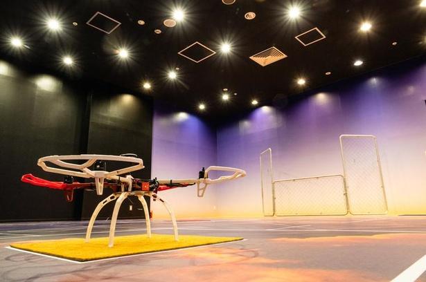 「ドローンスクールお台場」では、広々とした屋内空間でドローンを操縦できる