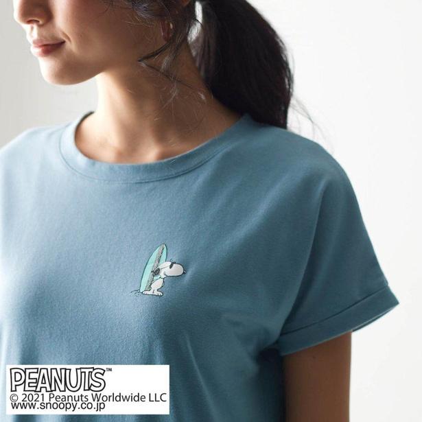 グレイッシュブルーの胸元には、サングラス姿のスヌーピーとサーフボードが